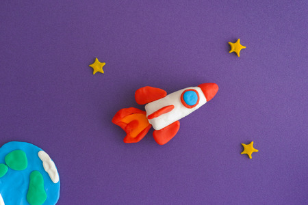 Space Rocket Blasting Off For New Ideas. Earth, space rocket and stars are made out of play clay (plasticine). 版權商用圖片 - 87408079