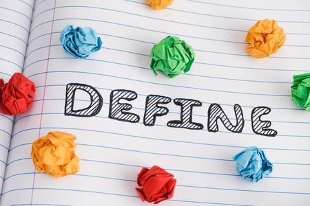 Définir. Définissez le mot sur une feuille de cahier avec des boules de papier froissées colorées dessus. Fermer. Banque d'images