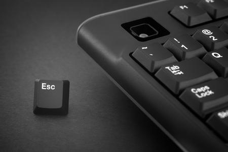 Escape-Taste entkommt von einer schwarzen Computertastatur. Schwarz-Weiß-Bild. Nahaufnahme. Standard-Bild
