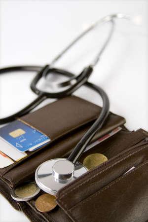 Brown kaarthouder met een stethoscoop de controle op het op een witte achtergrond.