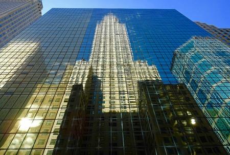 Wolkenkratzer Reflexion an den Fassaden der Gebäude in New York Standard-Bild - 63475136