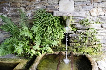 村の泉、新鮮な温泉水と飲料水 写真素材
