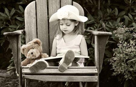 rocker girl: Imagen de estilo vintage de la lectura del ni�o a su osito de peluche Foto de archivo