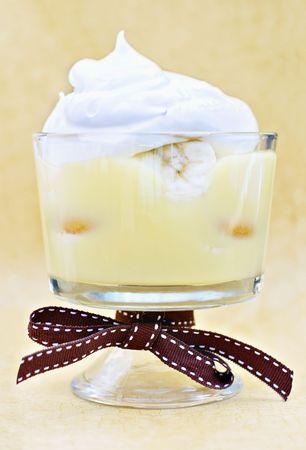 craquelure: Pud�n de pl�tano con galletas y pl�tano cubierto de crema batida.