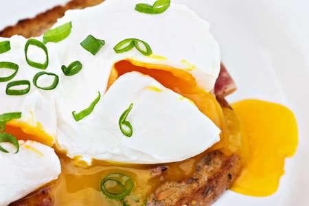 turkey bacon: Macro di uova in camicia su fette di tacchino e bacon toast di grano integrale. Questi sono fresche uova da allevamento all'aperto, in modo che il tuorlo � un bel colore ricco.
