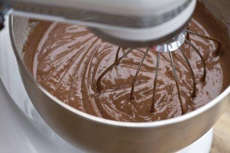 batteur �lectrique: P�te � g�teau au chocolat sont m�lang� dans un mixeur �lectrique.
