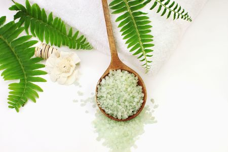 A wooden spoon filled with green bath salts. Shallow DOF with selective focus on salt. Room for text. Zdjęcie Seryjne