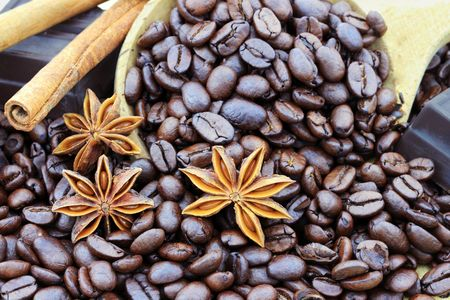 fondos: Ingredients of coffee beans, chocolate, cinnamon and anise for gourmet coffee. Stock Photo