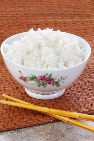 riso bianco: Ciotola di riso bianco preparato con le bacchette.  Archivio Fotografico