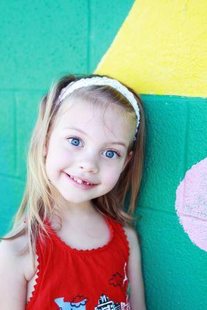 귀여운 작은 취학 연령 소녀 학교에 참석하려고 대기중인 건물 밖에 서 의미합니다.