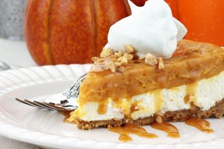 slagroom: Segment van Double Layer No Bake Pumpkin Pie gemaakt met pompoen, vanille pudding, room kaas en slag room.
