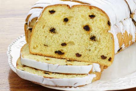cafe y pastel: Delicioso pastel de caf� con hielo dulce cortado en rodajas individuales.