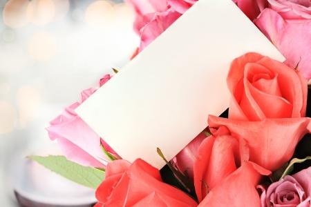 1 ダースのバラと空白のカード。コピー スペースとフィールドの浅い深さ。