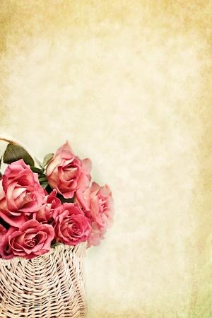 dzień matki: Koszyk z różowych róż dÅ'ugich macierzystych z kopiÄ… przestrzeni dostÄ™pnej.