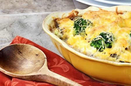 broccoli: Cheesy broccoli ovenschotel gemaakt met cheddar kaas, broccoli, portabella champignons en rijst.
