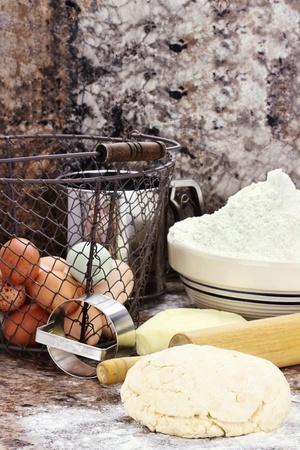 haciendo pan: La masa y la mantequilla fresca, huevos y harina para hacer galletas o pan de profundidad superficial de campo