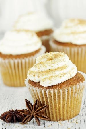 calabaza: Pumpkin spice cupcakes helados con glaseado de queso crema y espolvoreadas con az�car morena Foto de archivo