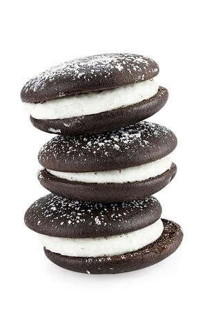 Pile de tartes whoopie ou des tartes lune isolé sur un fond blanc avec une ombre légère. Chemin de détourage inclus. Banque d'images