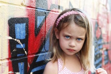 petite fille triste: Inquiet de petite fille en milieu urbain en regardant dans la caméra