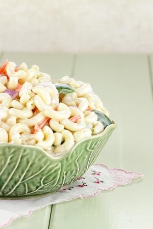 Macaroni salade met mayonaise en groenten. Stockfoto - 18844751
