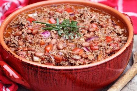 Chili Con Carne dans un pot en céramique rouge.
