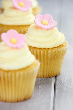 Petits gâteaux assez jaunes et roses avec extrême de faible profondeur de champ et sélective sur le centre gâteau.
