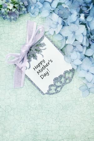craquelure: Tarjeta del d�a de madres y flores sobre fondo verde craquelure