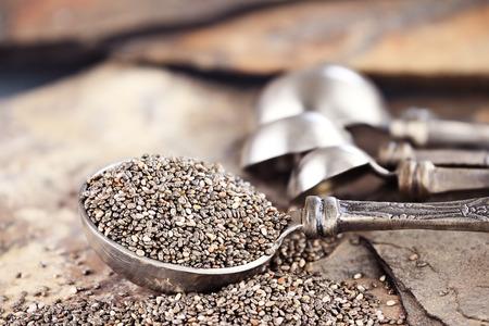 sementi: Cucchiaio di sani chia semi con messa a fuoco selettiva ed estrema profondit� di campo
