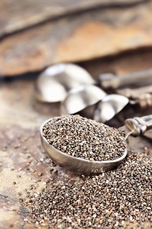 semilla: Cucharada de semillas de chía saludables con enfoque selectivo y la profundidad de campo extrema