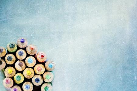 lapices: Consejos de l�pices de colores sobre un fondo de textura. Extrema profundidad de campo.