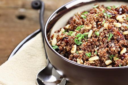 pinoli: Ciotola di Quinoa Pilaf con prezzemolo, pinoli e mirtilli.