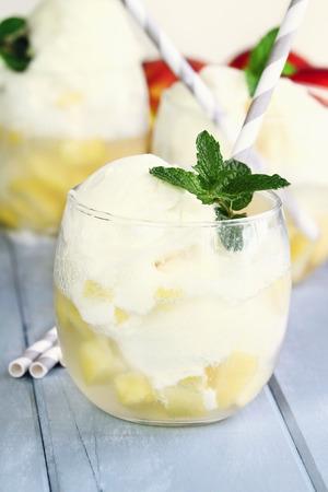 verticales: Un flotador refrescante hecha con melocotones, soda clara y helado de vainilla. Extrema profundidad de campo. Foto de archivo
