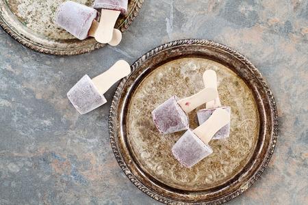 paletas de hielo: Helados caseros elaborados con arándanos y yogur. Foto de archivo