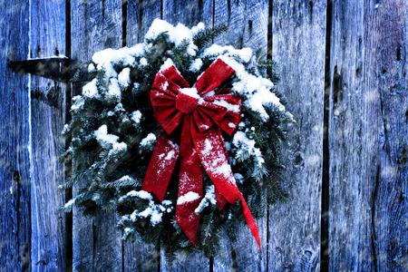 옛날 소박한 크리스마스 안주 눈 폭풍에 헛간 풍 화.