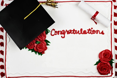 congratulations: pastel de la graduación con el casquillo y la borla de la escuela. Espacio para espacio de copia.