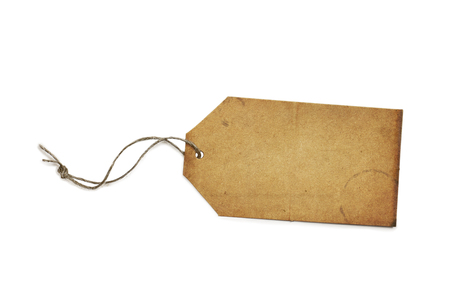 Vintage gift of verkoop tag met rustieke koord dat op witte achtergrond met lichte schaduw. Blank, met een kopie ruimte. Het knippen inbegrepen weg.