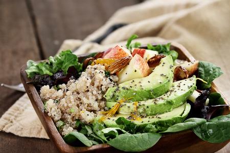 노아, 아보카도와 사과 샐러드. 해독 다이어트 아니면 그냥 건강한 식사를위한 완벽한. 필드의 극단적 인 얕은 깊이와 선택적 포커스입니다.