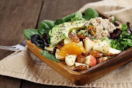 La quinua, aguacate y ensalada de manzana. Perfecto para la dieta de desintoxicación o simplemente una comida saludable. enfoque selectivo con poca profundidad de campo extrema.