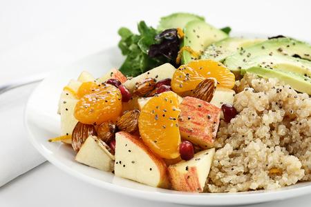 plato de comida: La quinua, aguacate y ensalada de manzana. Perfecto para la dieta de desintoxicación o simplemente una comida saludable. enfoque selectivo con poca profundidad de campo extrema. Foto de archivo