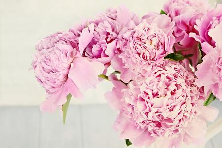 Primer plano de flores de peonía en un florero.