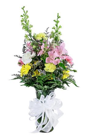 arreglo floral: Ramo de flores mezcladas floristería en un florero con una cinta aisladas sobre un fondo blanco.