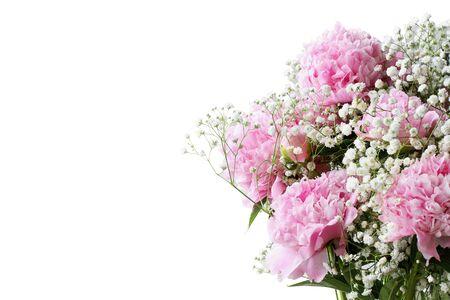 Ramo de flores rosas de peonías y flores de Baby's Breath sobre un fondo blanco con espacio libre para el texto.