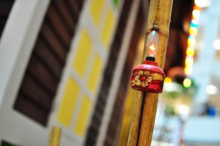 malay village: L�mpara de aceite rojo que cuelga en la Casa de Pueblo Durante Hari Raya Foto de archivo