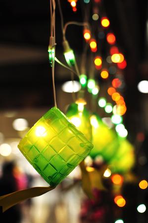 Groene Ketupat decoratieve verlichting tijdens Hari Raya Stockfoto