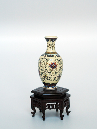 vase miniature debout sur une table orientale miniature antique