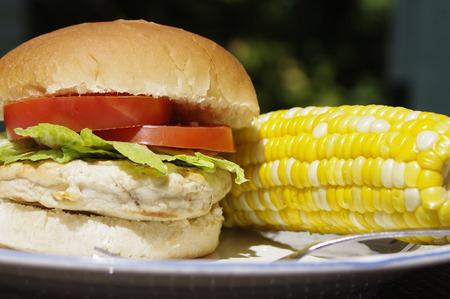 elote: hamburguesa de pollo con ma�z en la mazorca