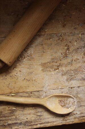 Houten baklepel met tarwe op houten tafelblad