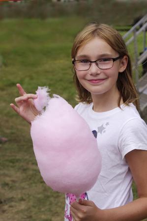cotton candy: chica con rosa de algod�n de az�car Foto de archivo