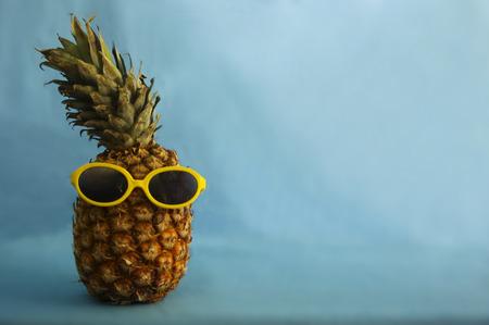 ananas met gele zonnebril