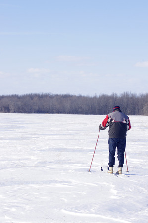 man cross country skiing in field 版權商用圖片